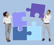 Zakenlui die puzzelstukken verbinden stock afbeeldingen