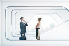 Zakenlui in futuristisch binnenland Stock Afbeeldingen