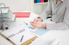 Zakenman aan het werk in een bureau Stock Afbeeldingen