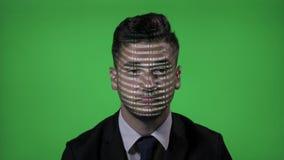 IT zakenman aan het werk met ontworpen computer blockchain code inzake gezicht die en op het groene scherm knipperen denken - stock footage