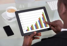 Zakenman Analyzing Graph Royalty-vrije Stock Afbeelding