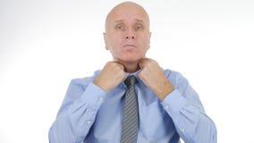 Zakenman Arranging His Tie vóór een Commerciële Vergadering royalty-vrije stock foto's