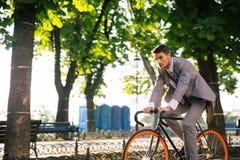 Zakenman berijdende fiets stock fotografie