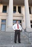 Zakenman bij gerechtsgebouw stock fotografie