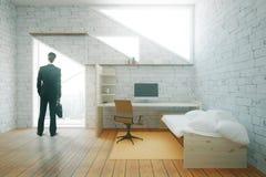 Zakenman in binnenland met werkplaats Stock Foto