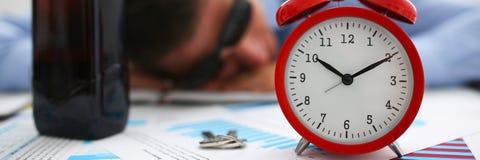 Zakenman in blauw overhemd in slaap bij het werk aangaande de achtergrond van a Stock Fotografie