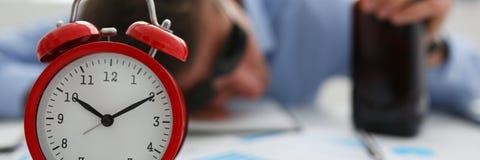 Zakenman in blauw overhemd in slaap bij het werk aangaande de achtergrond van a Stock Afbeeldingen