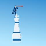 Zakenman bovenop koningsschaakstuk die telescoop gebruiken die succes, kansen, toekomstige bedrijfstendensen zoeken Royalty-vrije Stock Foto
