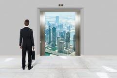 Zakenman With Briefcase Looking bij Moderne Lift royalty-vrije stock afbeeldingen