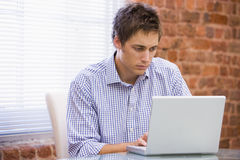 Zakenman in bureau het typen op laptop Royalty-vrije Stock Foto