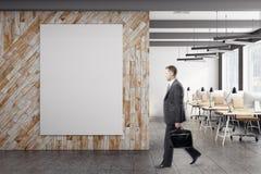 Zakenman in bureau met banner Stock Afbeeldingen