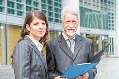Zakenman And Businesswoman die een project bespreken stock fotografie