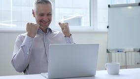 Zakenman Celebrating Success, die aan Laptop werken stock video