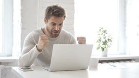 Zakenman Celebrating Success, die aan Laptop werken stock videobeelden