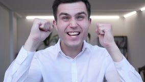 Zakenman Celebrating Success Gesture in Offcie stock footage