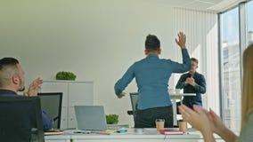 Zakenman Celebrating Victory Looking bij Laptop stock videobeelden