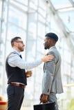 Zakenman Chatting met Buitenlandse Partner stock afbeelding