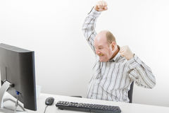 Zakenman Cheering While Looking bij Computer stock afbeelding