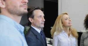 Zakenman chef- gevende hand voor hoogte vijf aan zijn partner, twee commerciële teamvergadering in modern bureau stock footage