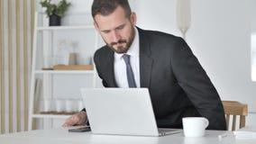 Zakenman Coming Office en het Openen Laptop op het Werk stock footage
