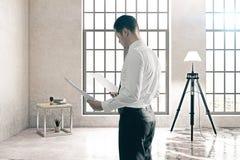Zakenman in concrete ruimte Stock Fotografie