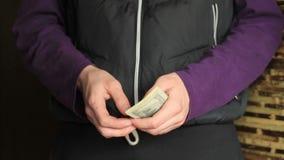 Zakenman Counting Money. stock video