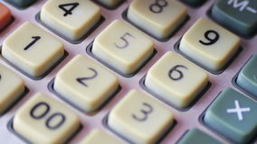 Zakenman Counting On Oude Calculator dichte omhooggaand stock video