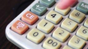 Zakenman Counting On Oude Calculator dichte omhooggaand stock videobeelden
