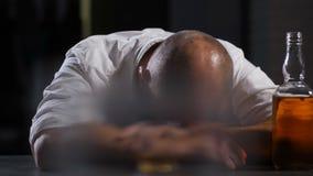 Zakenman in de zitting van het alcoholmisbruik in wanhoop stock videobeelden
