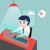 Zakenman die aan computer in bureau werkt Stock Afbeelding