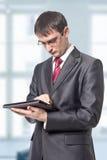Zakenman die aan de tablet kijken Stock Fotografie