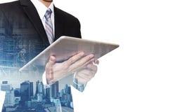 Zakenman die aan digitale tablet met de dubbele stad van blootstellingsbangkok, concepten werken bedrijfsdieontwikkeling, op witt royalty-vrije stock foto's