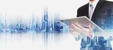 Zakenman die aan digitale tablet met de dubbele stad van blootstellingsbangkok, concepten werken onroerende goederenbedrijfsontwi
