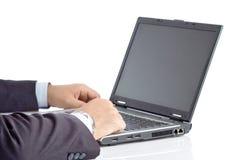 Zakenman die aan een laptop computer werkt stock afbeeldingen