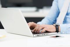 Zakenman die aan een laptop computer werkt Stock Afbeelding