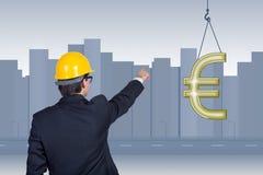 Zakenman die aan euro symbool richten Stock Afbeeldingen
