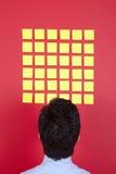 Zakenman die aan gele documenten kijkt Royalty-vrije Stock Afbeeldingen
