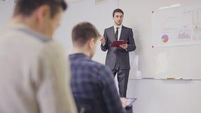 Zakenman die aan het team voorstellen die nota's in de bestuurskamer nemen Statisch Schot