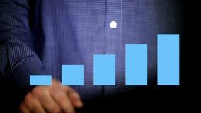Zakenman die aan holografische interface werken financieel Blauw Mens wat betreft het visueel scherm met holografische computer stock videobeelden