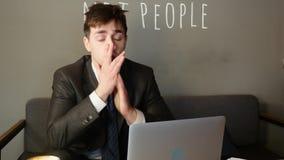 Zakenman die aan laptop in koffie werken de zakenman is verstoord stock videobeelden