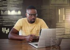 Zakenman die aan laptop met de interface van de het schermtekst werken royalty-vrije stock foto