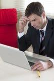 Zakenman die aan laptop werkt Royalty-vrije Stock Afbeelding