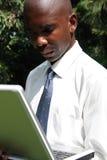 Zakenman die aan laptop werkt royalty-vrije stock fotografie