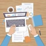 Zakenman die aan laptop werkt Handen op laptop en computermuis, documenten, vormen Stock Foto