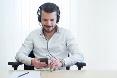 Zakenman die aan muziek met hoofdtelefoons luistert Stock Afbeeldingen