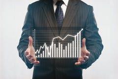 Zakenman die abstract bedrijfsdiagram houden Stock Foto