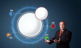 Zakenman die abstract modern cirkeldiagram met exemplaarruimte voorleggen Stock Foto