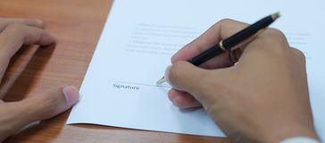 Zakenman die bedrijfscontractovereenkomst ondertekenen royalty-vrije stock fotografie