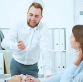 Zakenman die bedrijfsideeën verklaren aan zijn collega's Concept het succesvolle teamwerk Stock Afbeeldingen