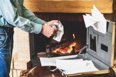 Zakenman die belangrijke documenten van geval in fireplac vernietigen Royalty-vrije Stock Foto's
